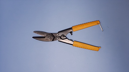板金や線を切る道具